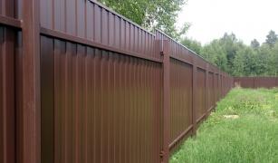 Какой забор дешевле бетонный или из профнастила